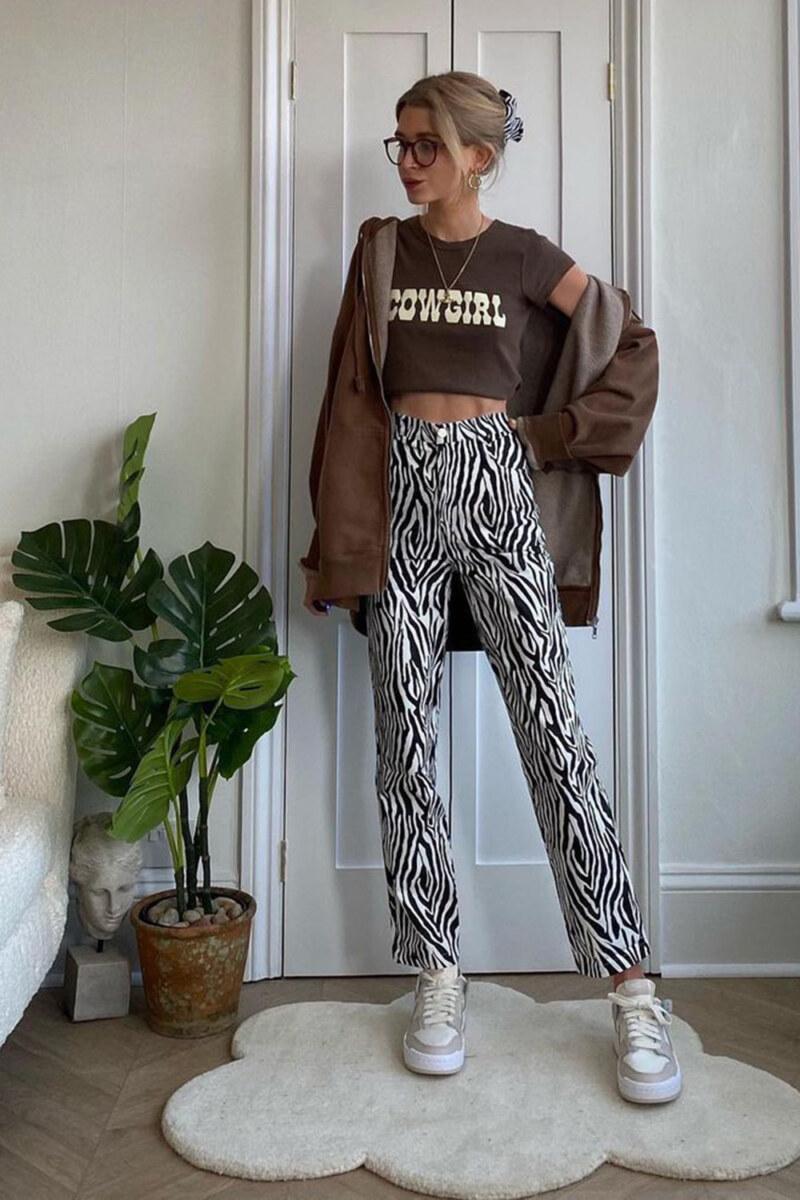 Cowgirl t-shirt, calça de cobra e jaqueta marrom