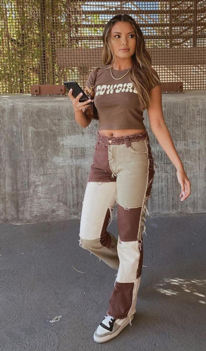 Cowgirl t-shirt, calça marrom e tênis