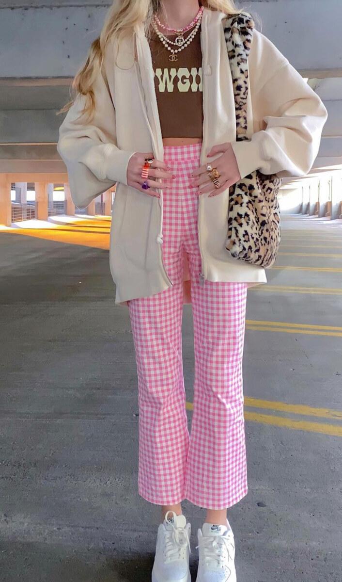 Cowgirl t-shirt, calça xadrez rosa, bolsa de oncinha