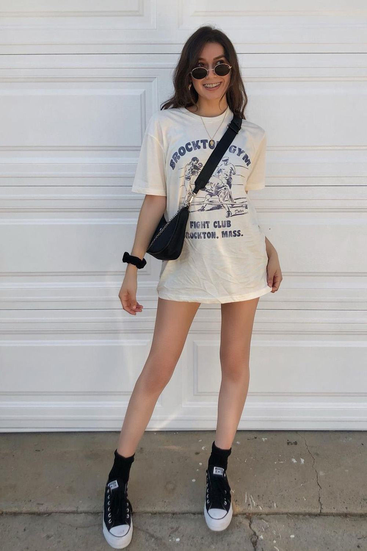 t-shirt dress, bolsa preta e tênis preto