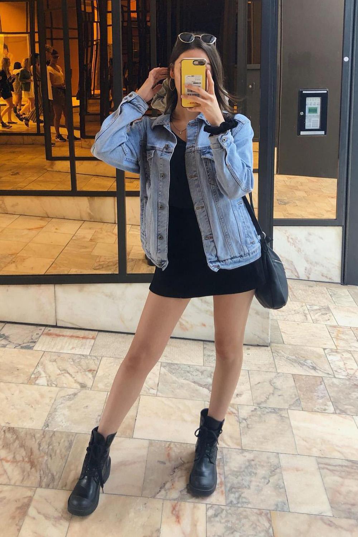 jaqueta jans, vestido preto e coturno