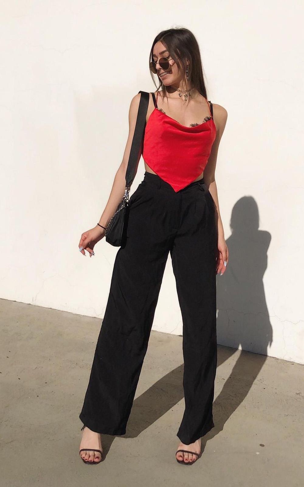 Jeanetter Delmar, cropped vermelho, calça wide leg preta