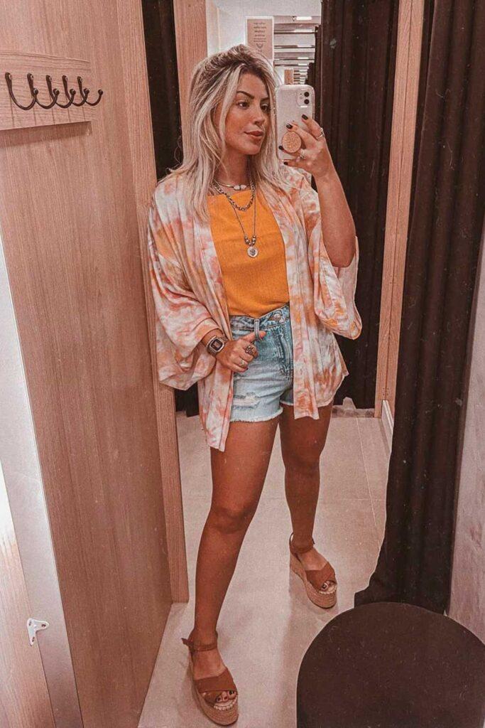 t-shirt laranja, kimono e sandália plataforma