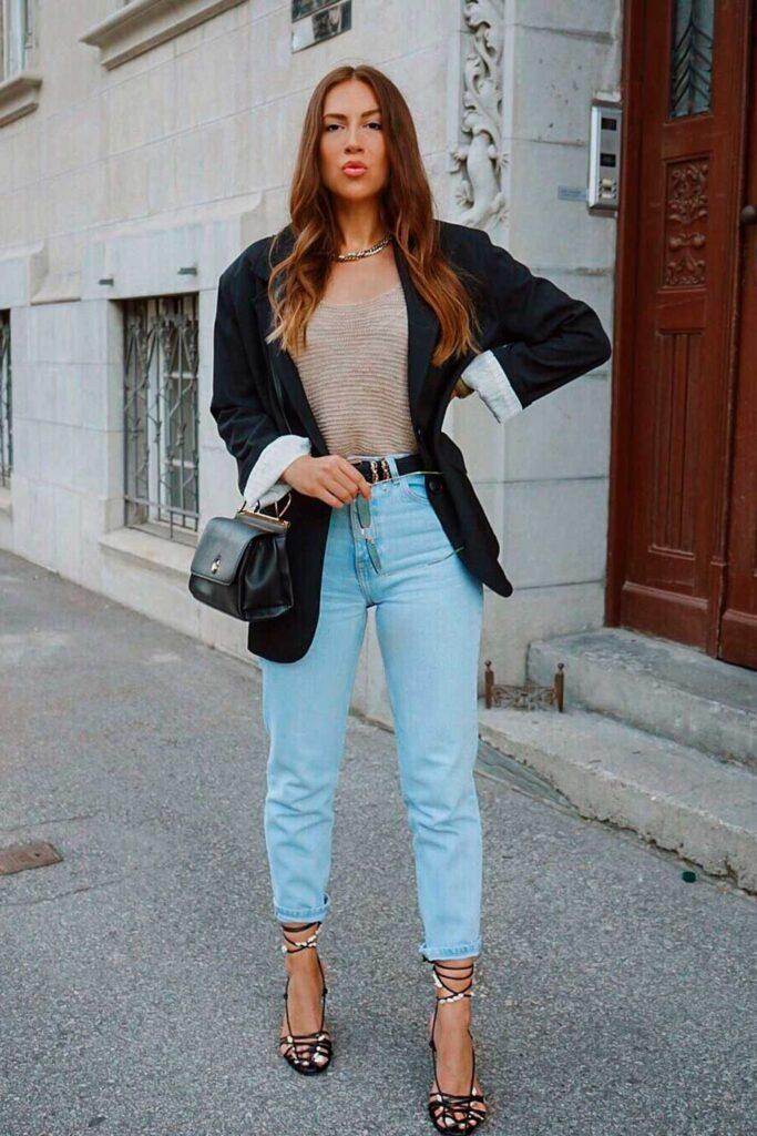 look moderninho, bllazer preto, calça jeans e scarpin