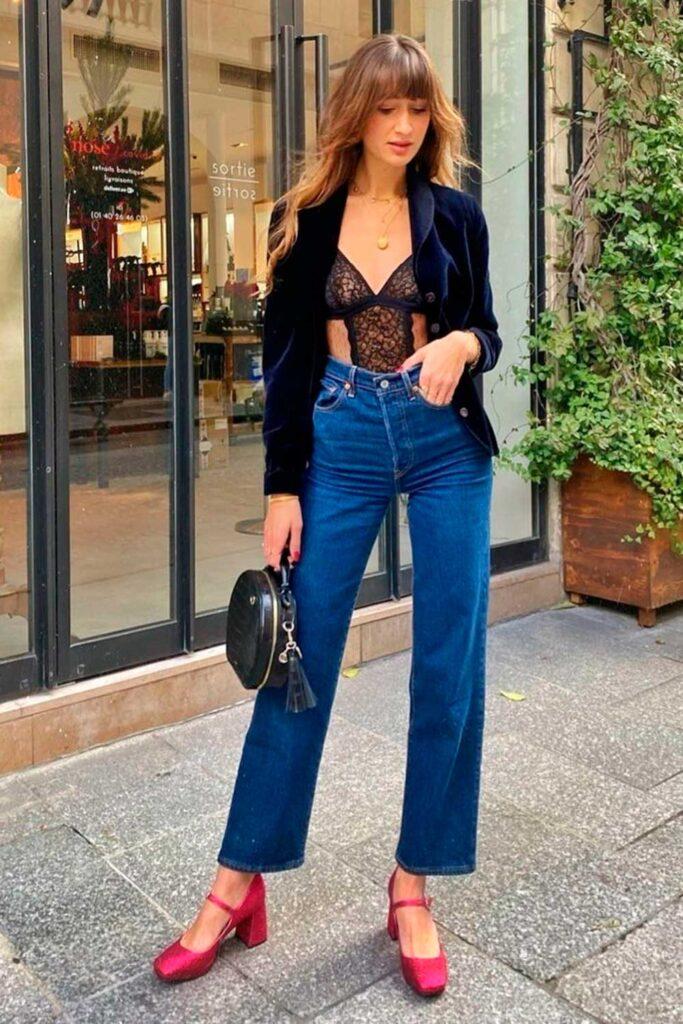 look moderninho, blazer preto, body de renda e calça flare jeans e sapato vermelho
