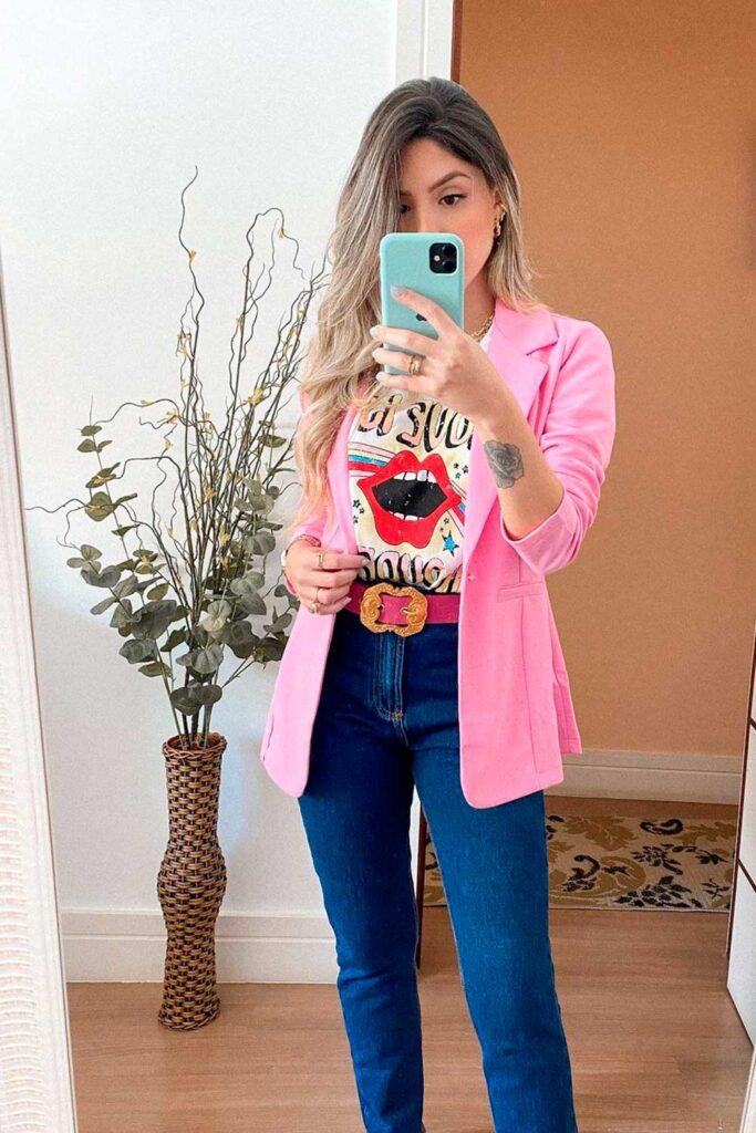 look moderninho, blazer rosa e t-shirt estampada