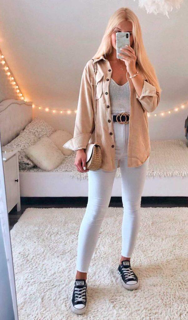 camisa bege, ragatinha branca e calça branca