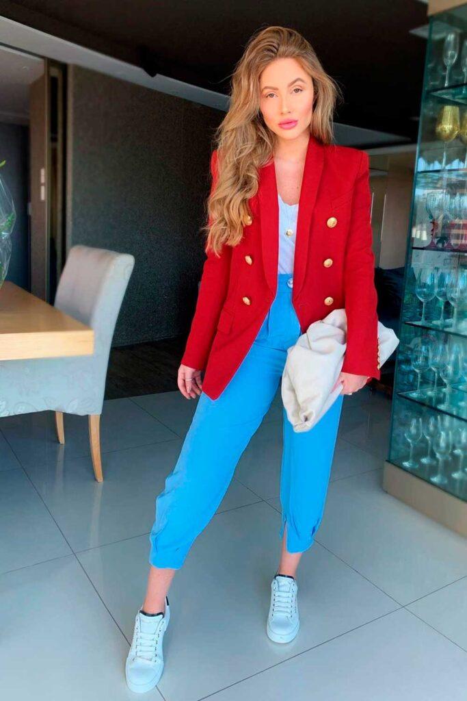 look moderninho, blazer vermelho e calça azul