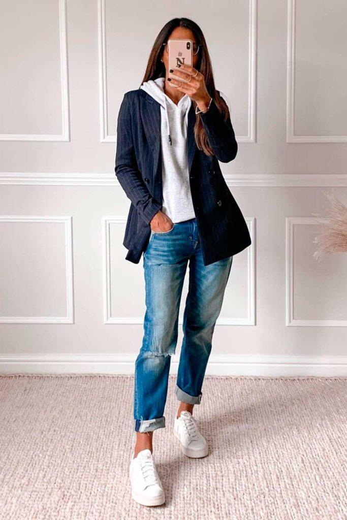 look moderninho, blazer preto, moletom cinza, calça jeans destroyed e tênis branco