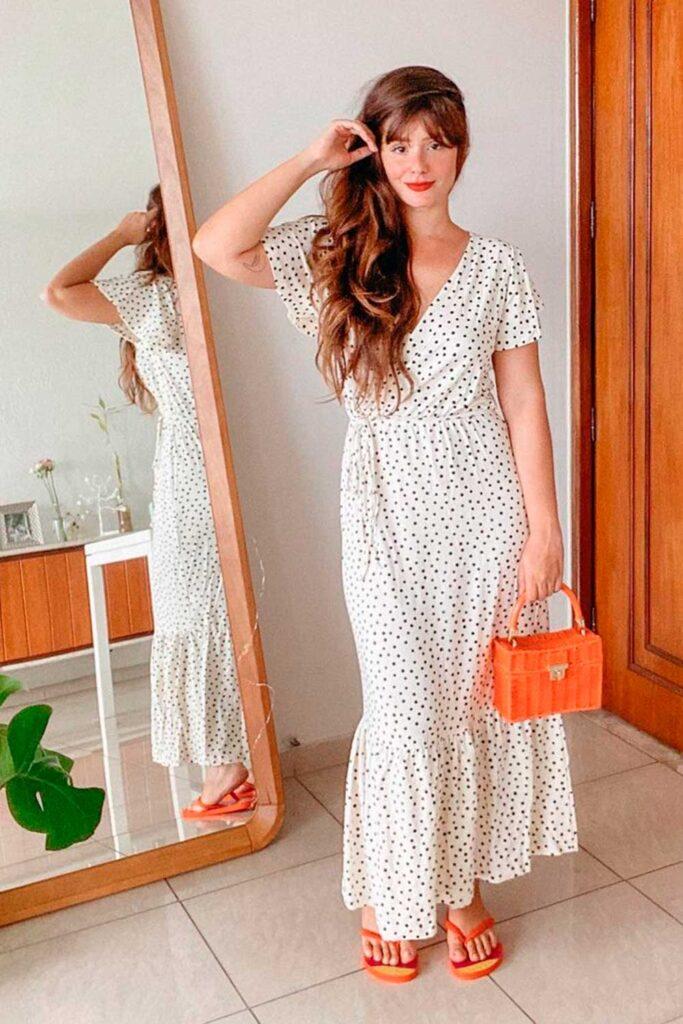 neste verão, vestido longo envelope e bolsa de palha laranja