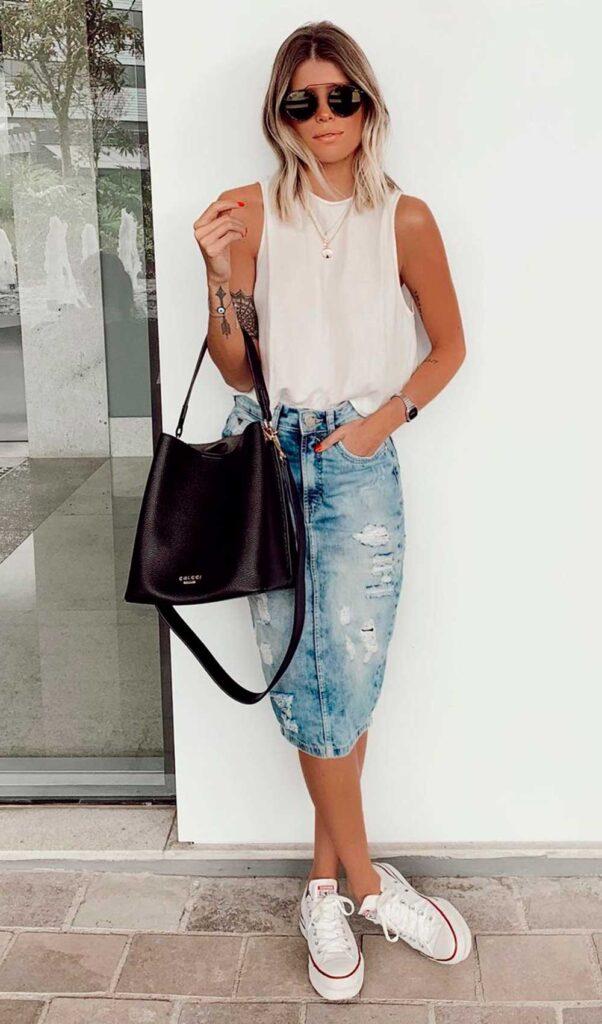 regatinha branca, saia midi jeans e tênis branco