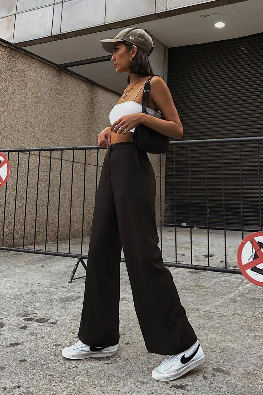 top faixa branco e calça wide leg preta