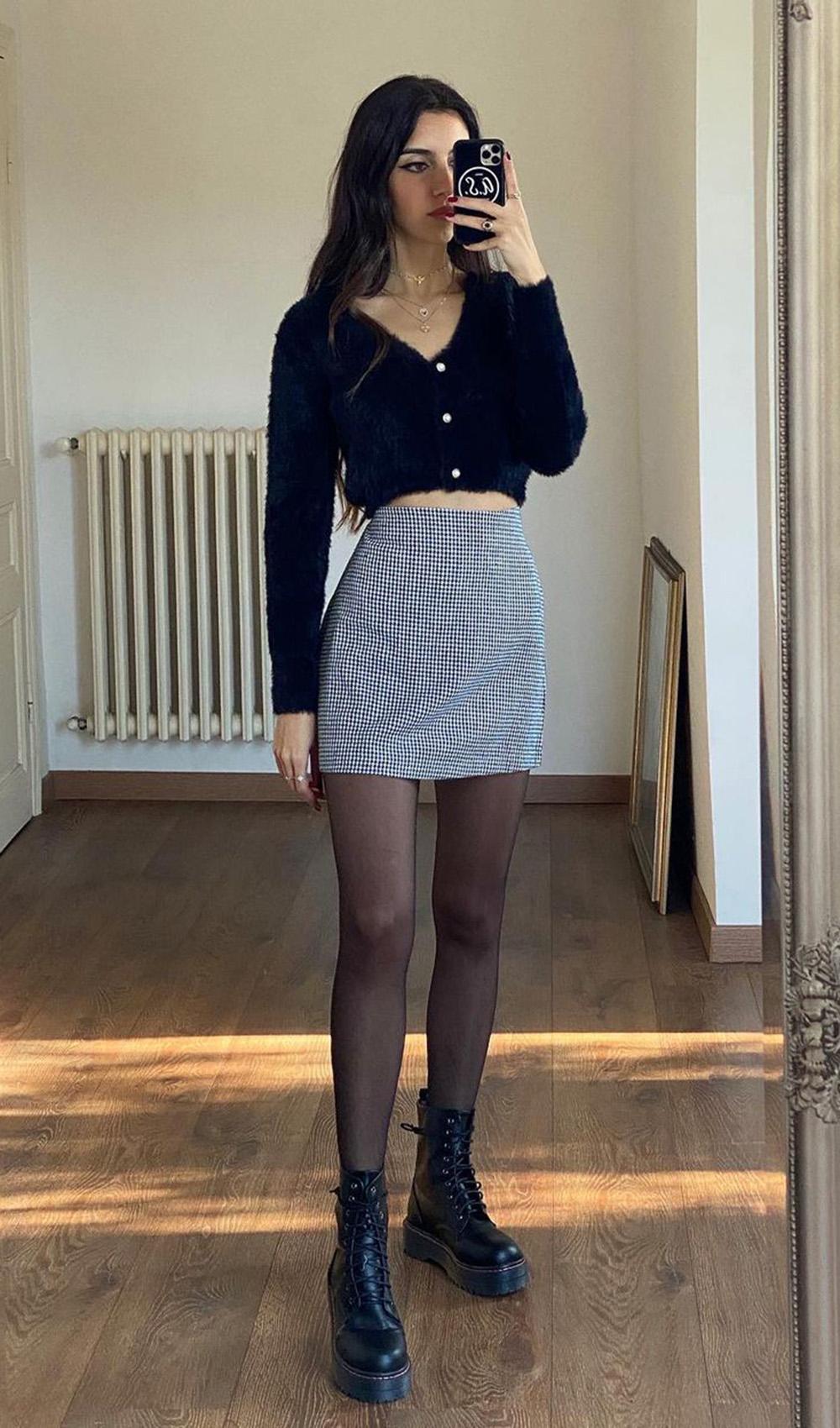 suéter preto, saia xadre vichy, meia calça e coturno