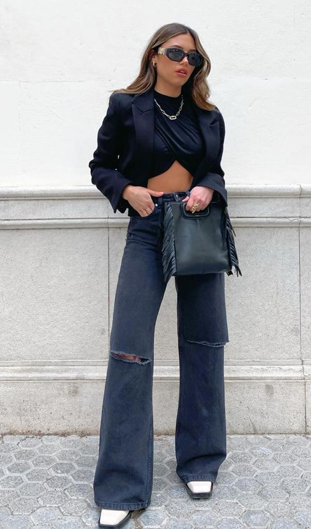 look com cropped preto, blazer preto e calça wide leg