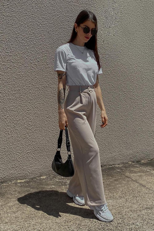 look casual, t-shirt branca, calaç de alfaitaria bege e tênis branco