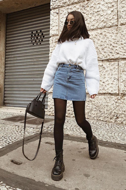 moletom branco, minissaia, meia-calça e coturno