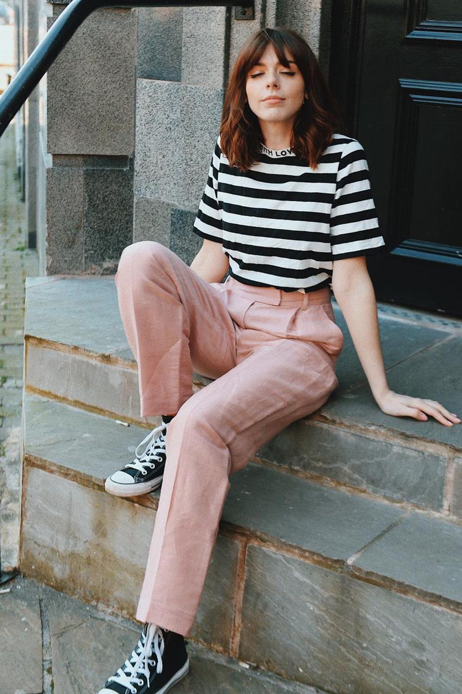t-shirt listrada, calça de alfaiataria rosa, tênis all star