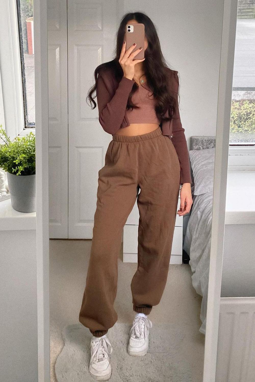 look marrom escuro, cropped, calça de moletom e tênis branco