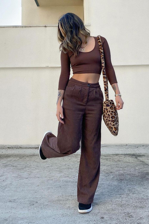 look marrom escuro, cropped, calça de alfaiataria