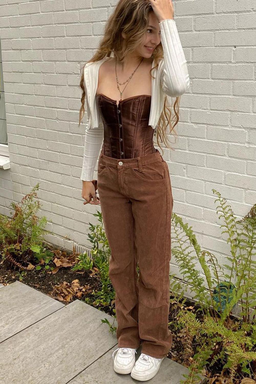 corset marrom escuro, calça marrom, suéter cropped e tênis branco