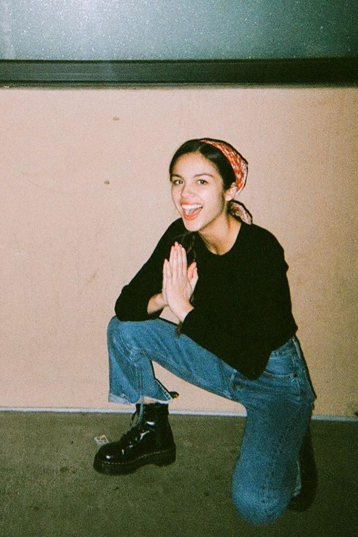 bandana, blusa preta, calça jeans e coturno
