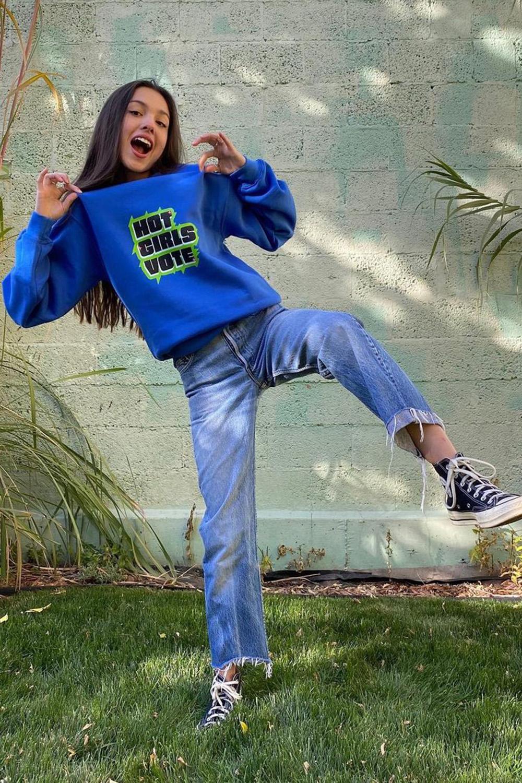 olivia rodrigo, moletom azul, calça jeans e all star