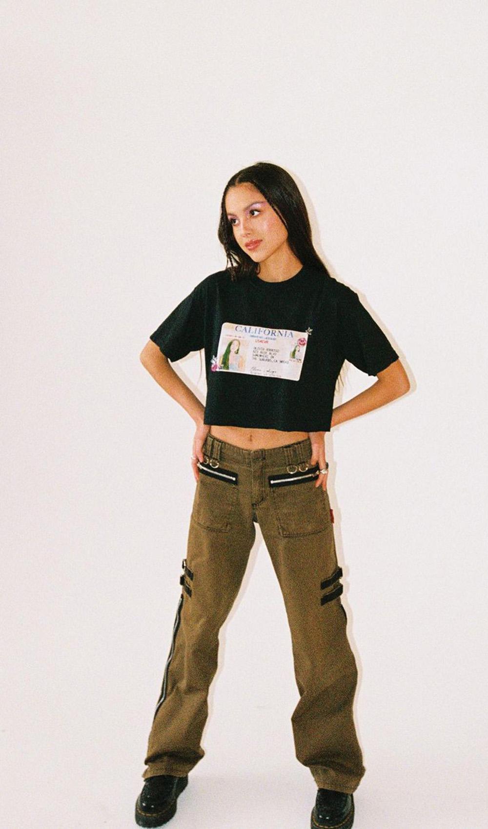 olivia rodrigo, t-shirt cropped e calça cargo