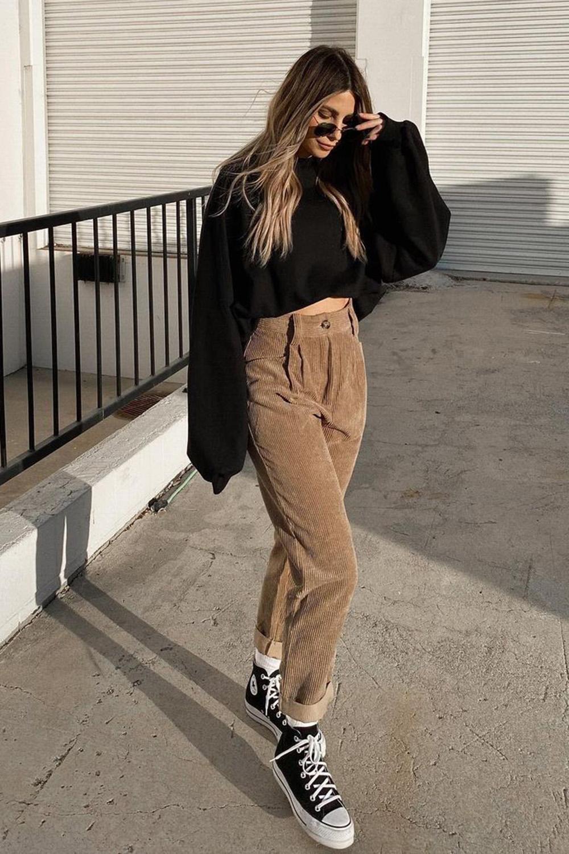 blusa de manga preta, calça de camurça e all star