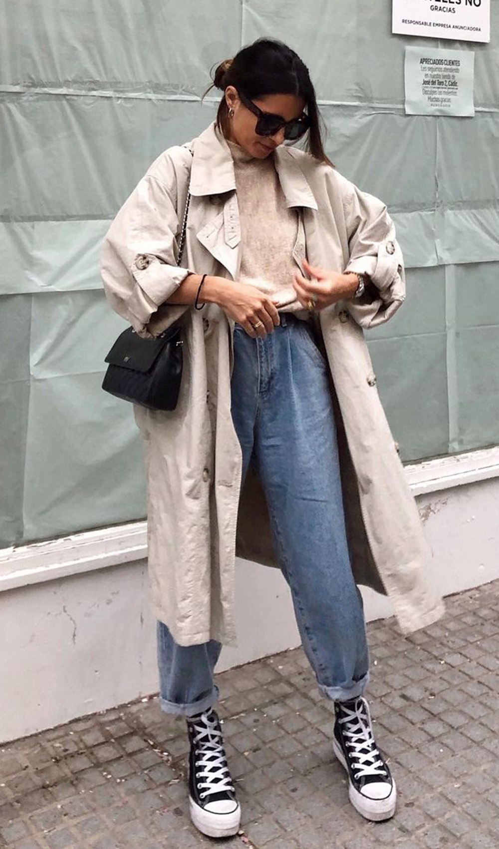 trench coat, calça slouchy e tênis