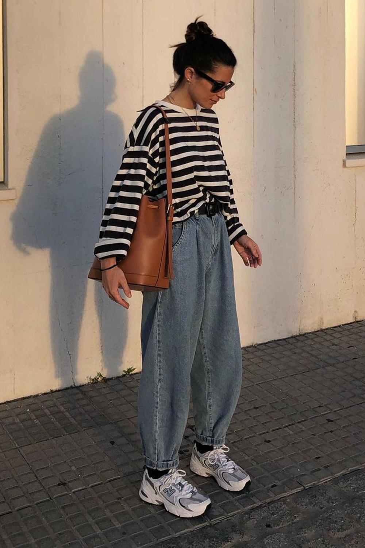 blusa oversized, calça slouchy e tênis