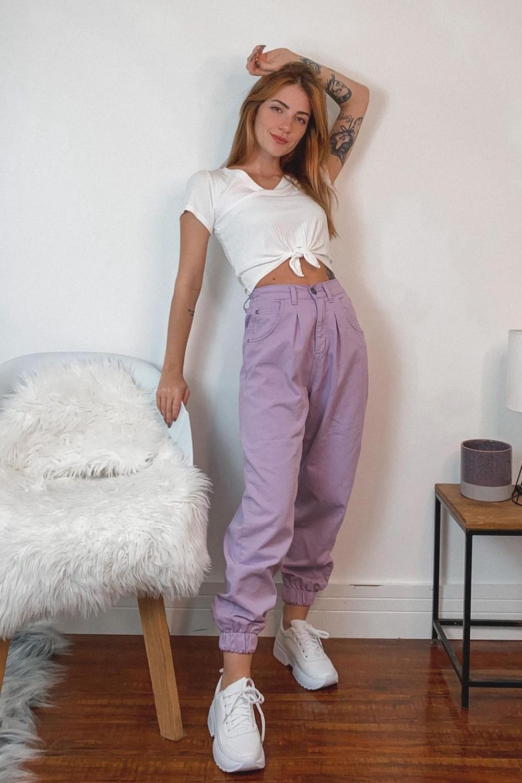 t-shirt branca com nozinho, calca lilás, tênis plataforma