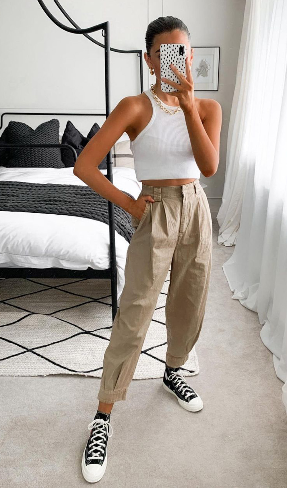 cropped branco calça slouchi e tenis