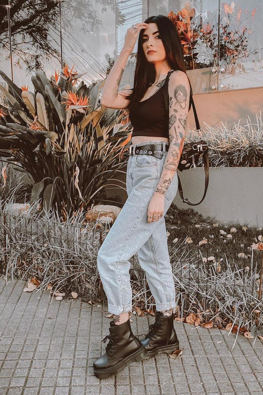 cropped preto, mom jeans e coturno