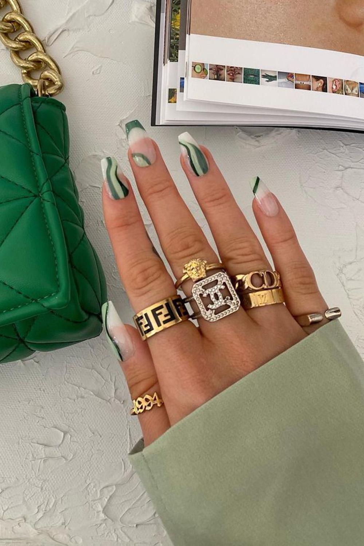 nail art, unhas com esmalate listrado e mix de anéis