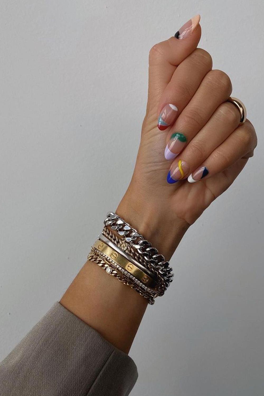 nail art colorida, mix de pulseiras