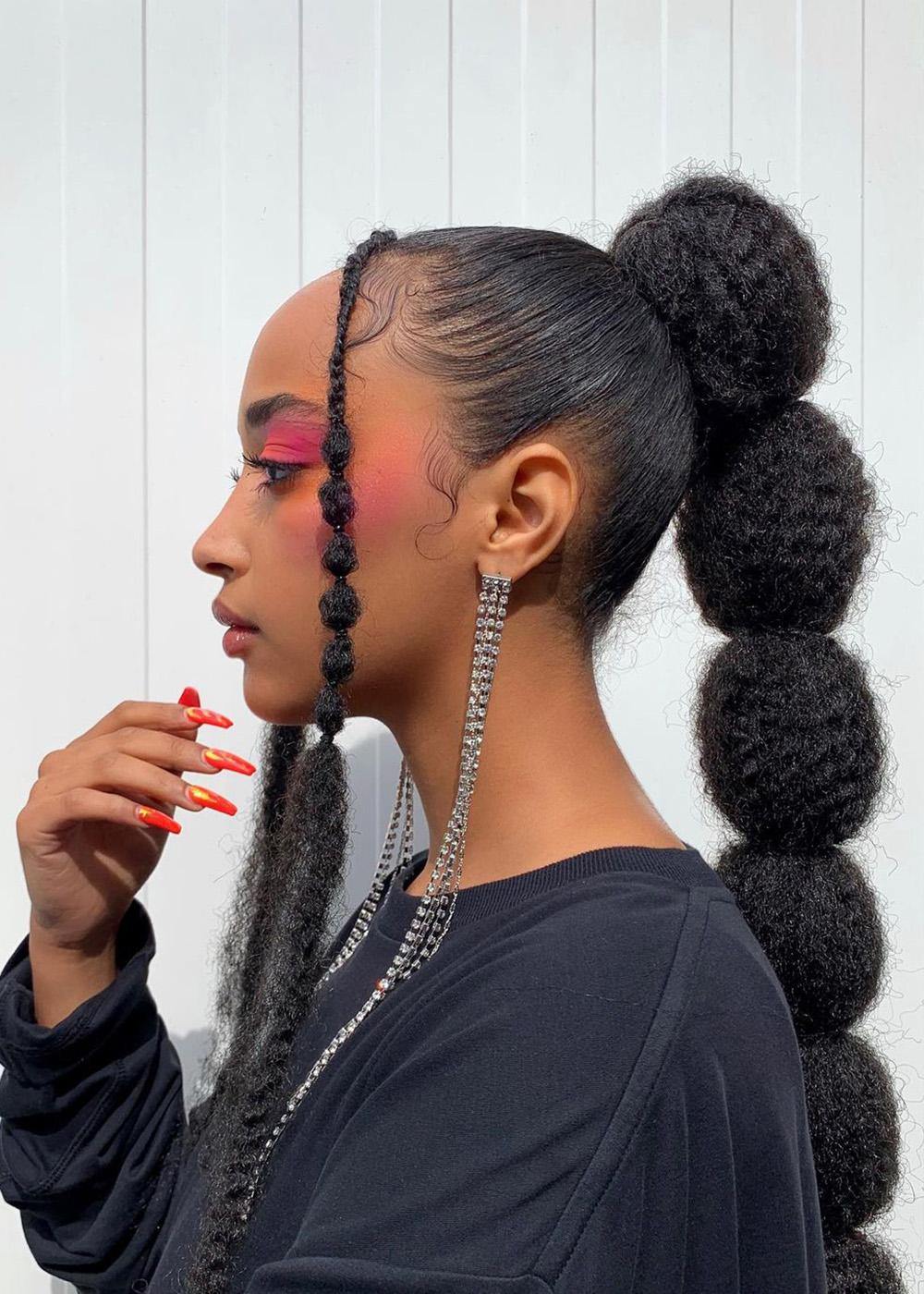 cabel longo com rabo de cavalo e trança bolha