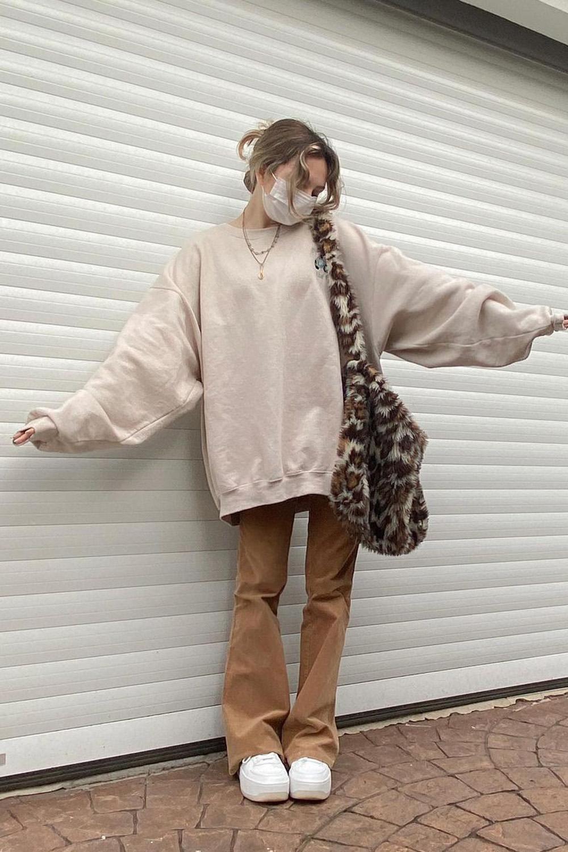 bolsa de pelúcia, calça marrom e blusão de moletom