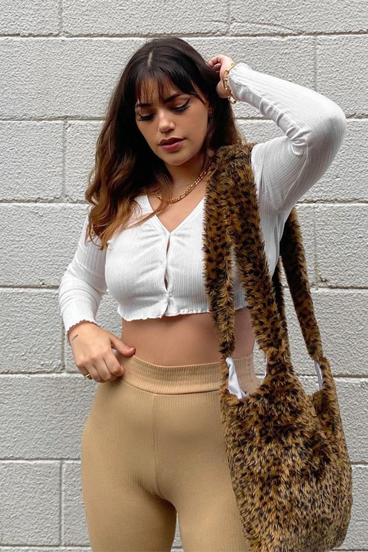 bolsa de pelícia animal print e cardigan cropped
