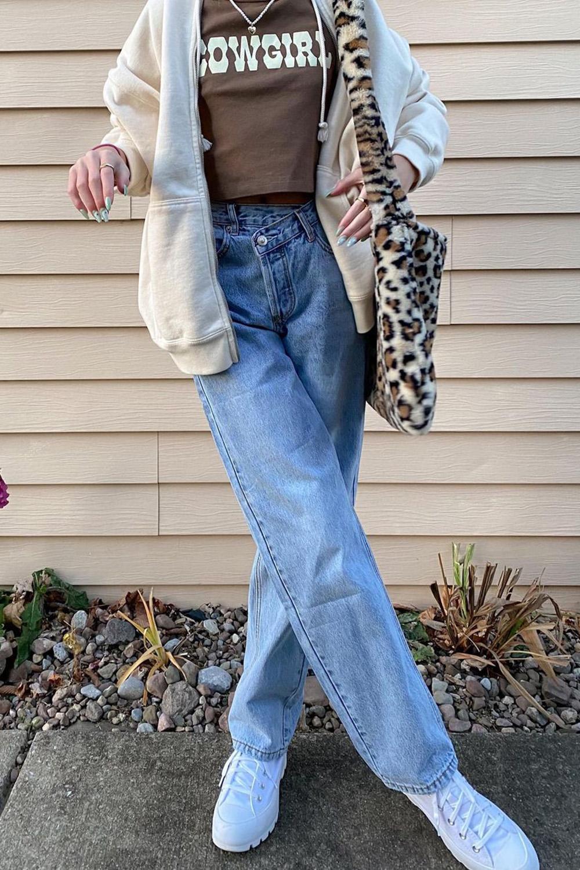 bolsa de pelúcia, cowgirl baby tee, calça ejans e moletom