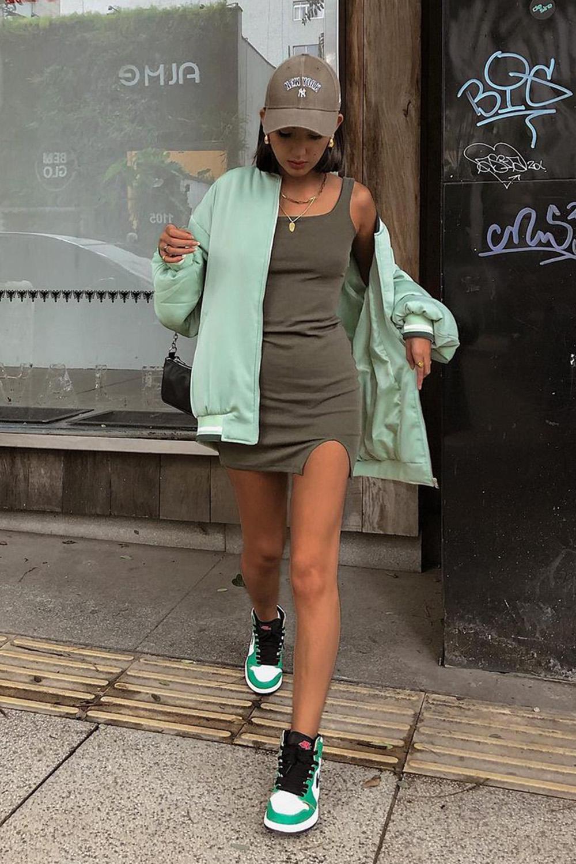 vestido tubinho, bomber jacket e tênis nike jordan