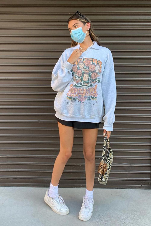 looks de outono, blusão de moletom, minissaia e bolsa baguete