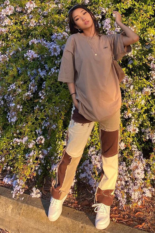 calça com patchwork, t-shirt marrom oversized