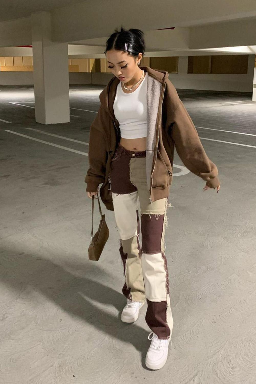 calça com patchwork, jaqueta marrom, cropped branco
