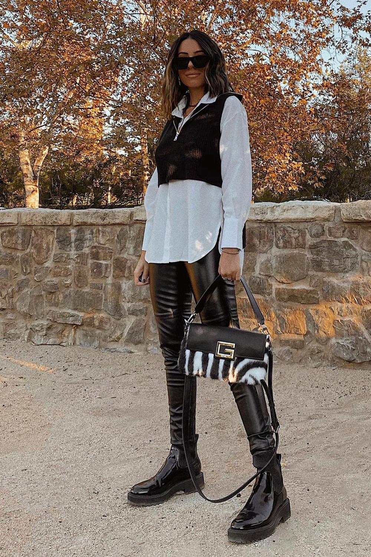 sobreposição com camisa branca e colete preto, calça de vinil e coturno