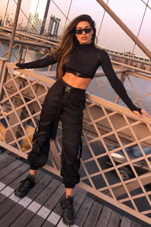 look combinadinho, cropped de manga, calça cargo e tênis preto