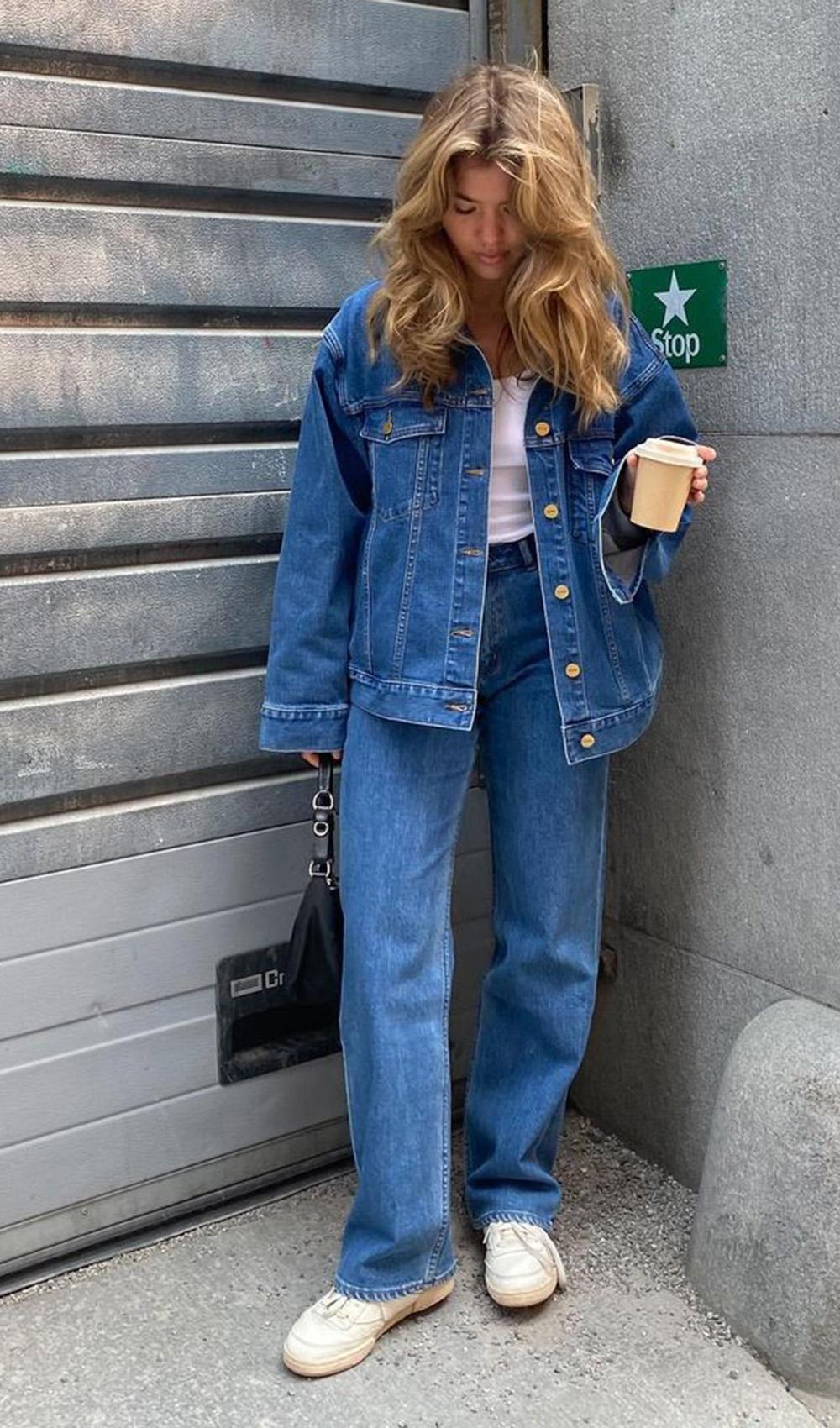 look combinadinho, jaqueta ejans, mom jeans e t-shirt branca