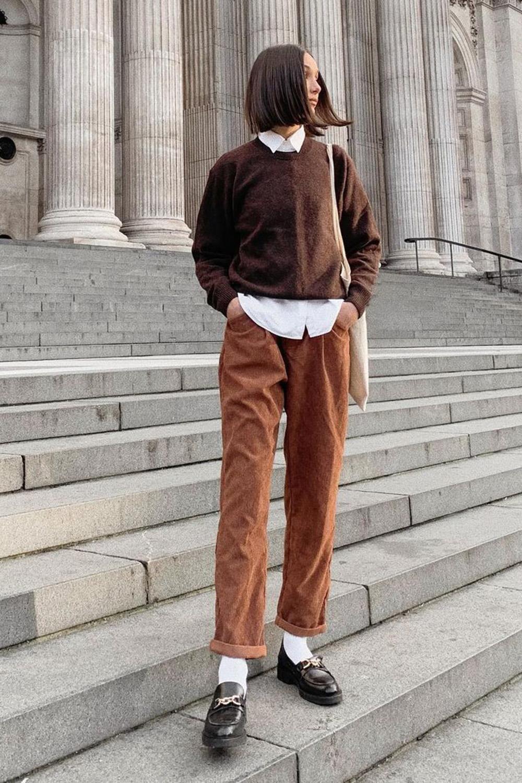 look combinadinho, sobreposição com camisa branca e suéter, calça de alfaiataria marrom