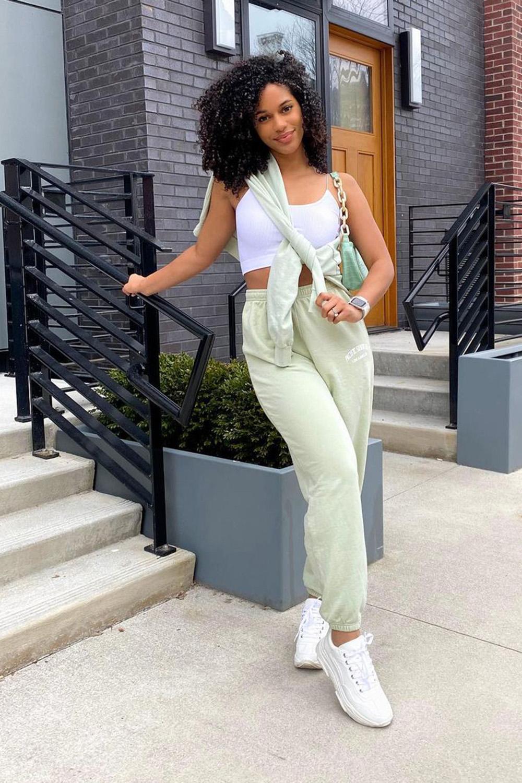 cropped branco, moletom verde, calça jogger e tênis branco