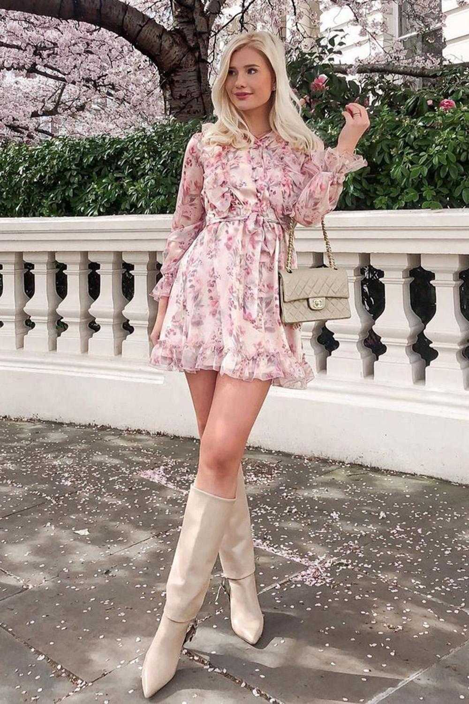vestido rosa e bota de cano alto