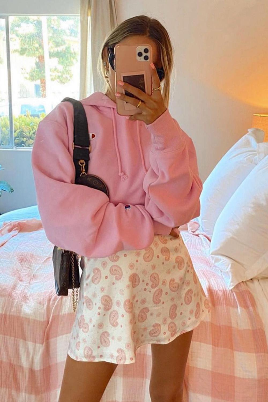 moletom rosa, minissaia floral e bolsa baquete